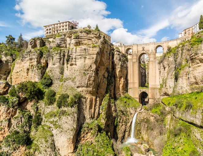 גשר קשת מהמאה ה-18 לספירה מעל תהום ברוחב 120 מטרים ברונדה, ספרד